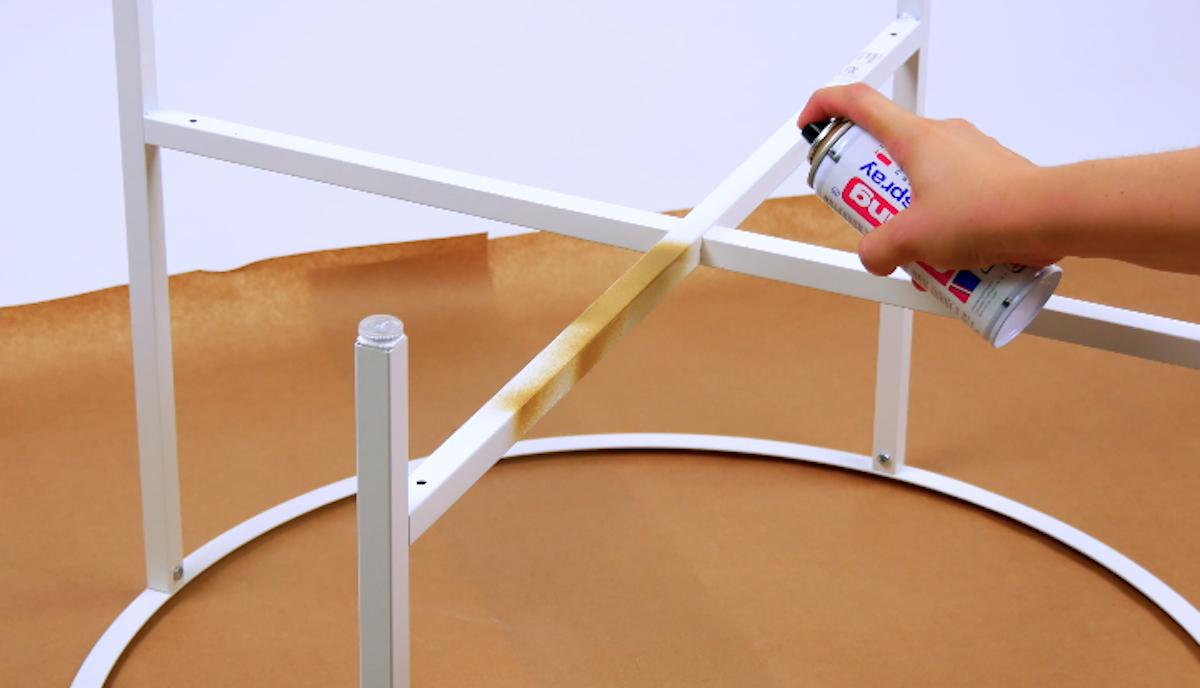 Telaio del tavolino ikea colorato con la vernice spray