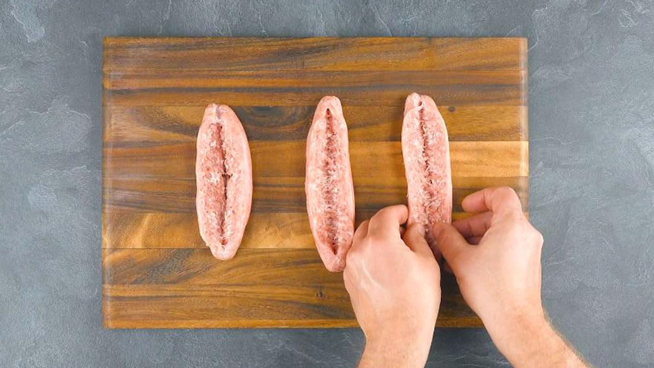 Tre salsicce tagliate e aperte