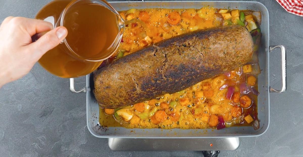Polpettone ripieno con verdure e brodo di manzo
