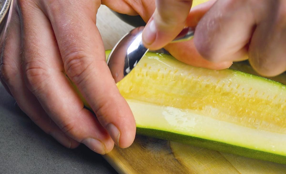 Polpa delle zucchine scavata con un cucchiaio