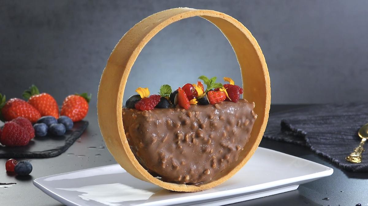 Raffinato parfait di mandorle e cioccolato al latte con biscotto di pasta frolla