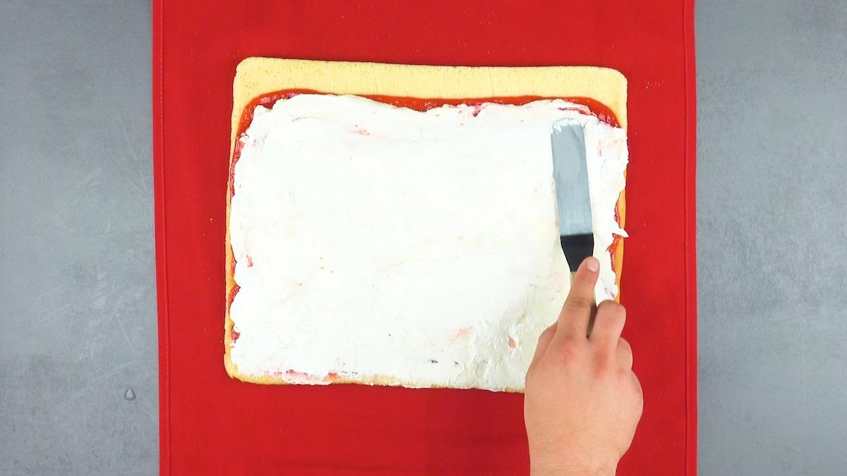 Crema al formaggio sopra la marmellata di lamponi