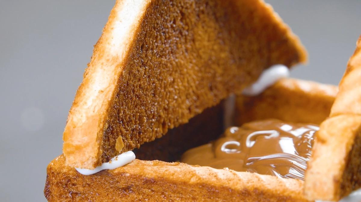 Pane tostato attaccato con la glassa di zucchero