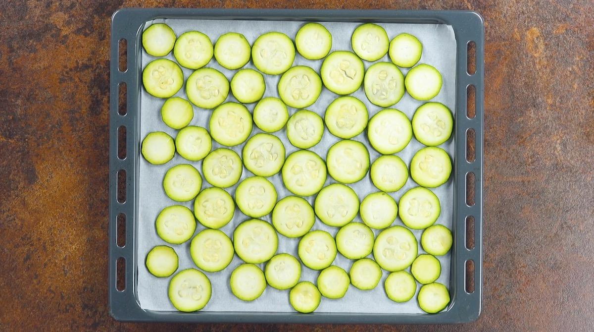 Teglia da forno con zucchine a rondelle