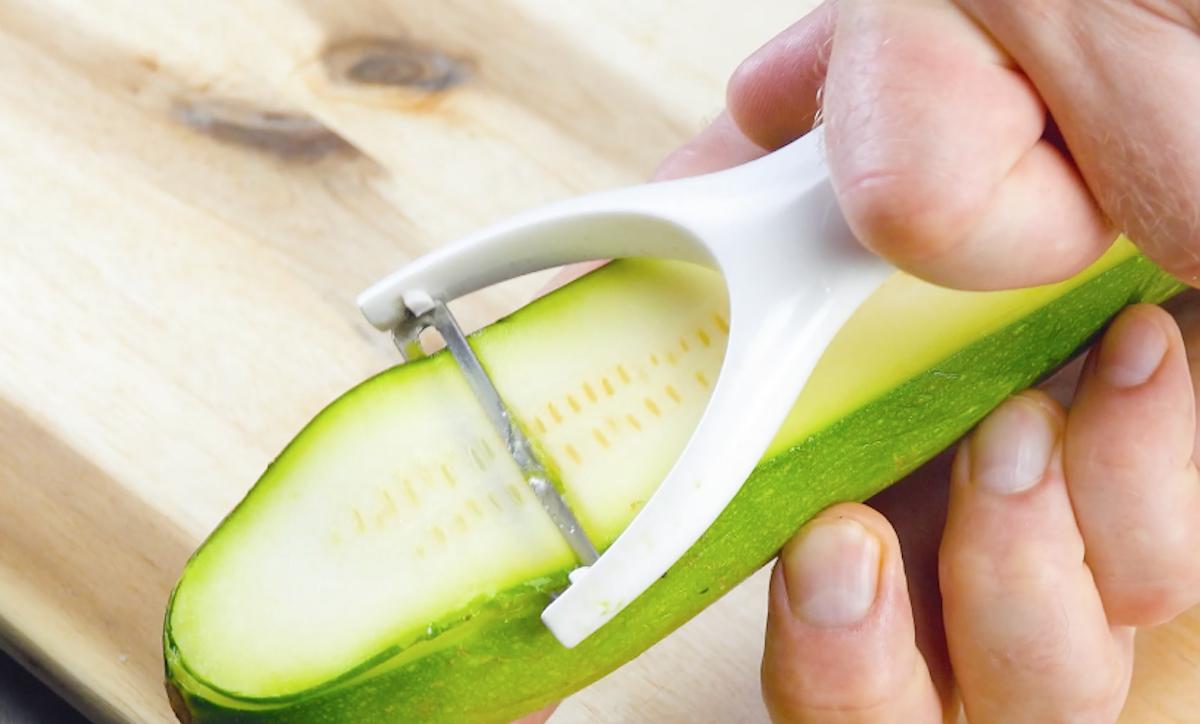 Zucchina tagliata a fette con pelapatate