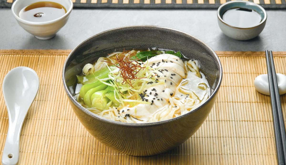 Zuppa giapponese con pasta ramen e petto di pollo