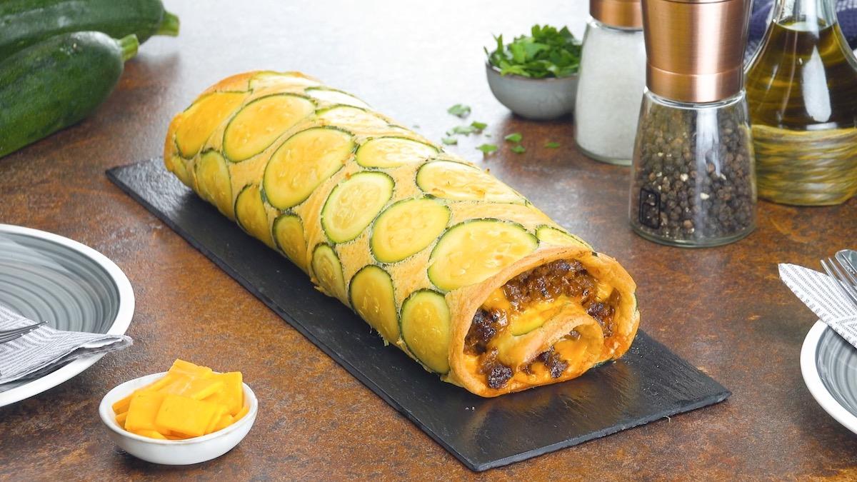 Rotolo di frittata alle zucchine con carne macinata e formaggio cheddar