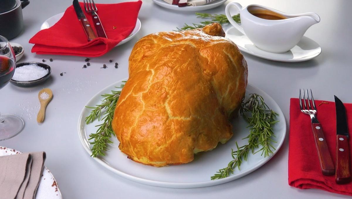 Pollo al forno al vino rosso in crosta di prosciutto cotto e formaggio