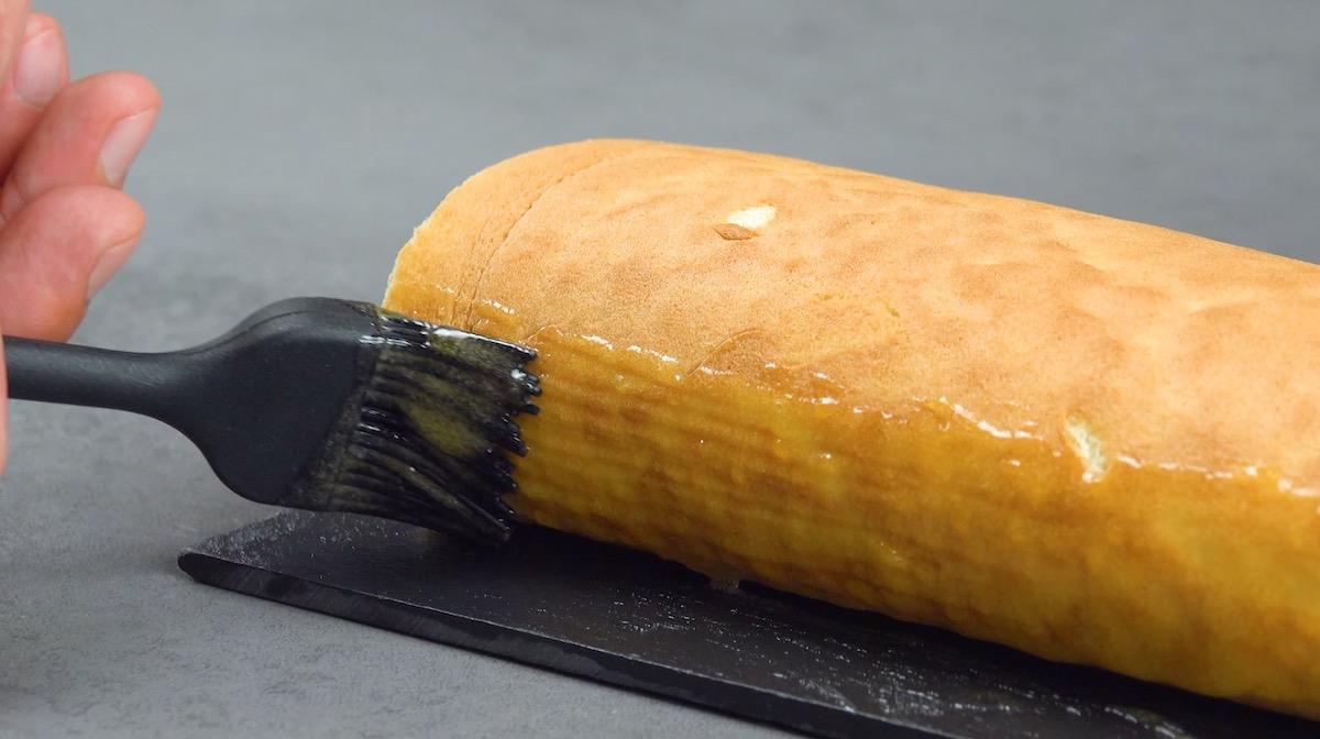 Marmellata di albicocche spalmata sulla pasta biscotto