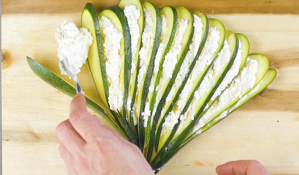 Zucchina a ventaglio ripiena di crema al formaggio