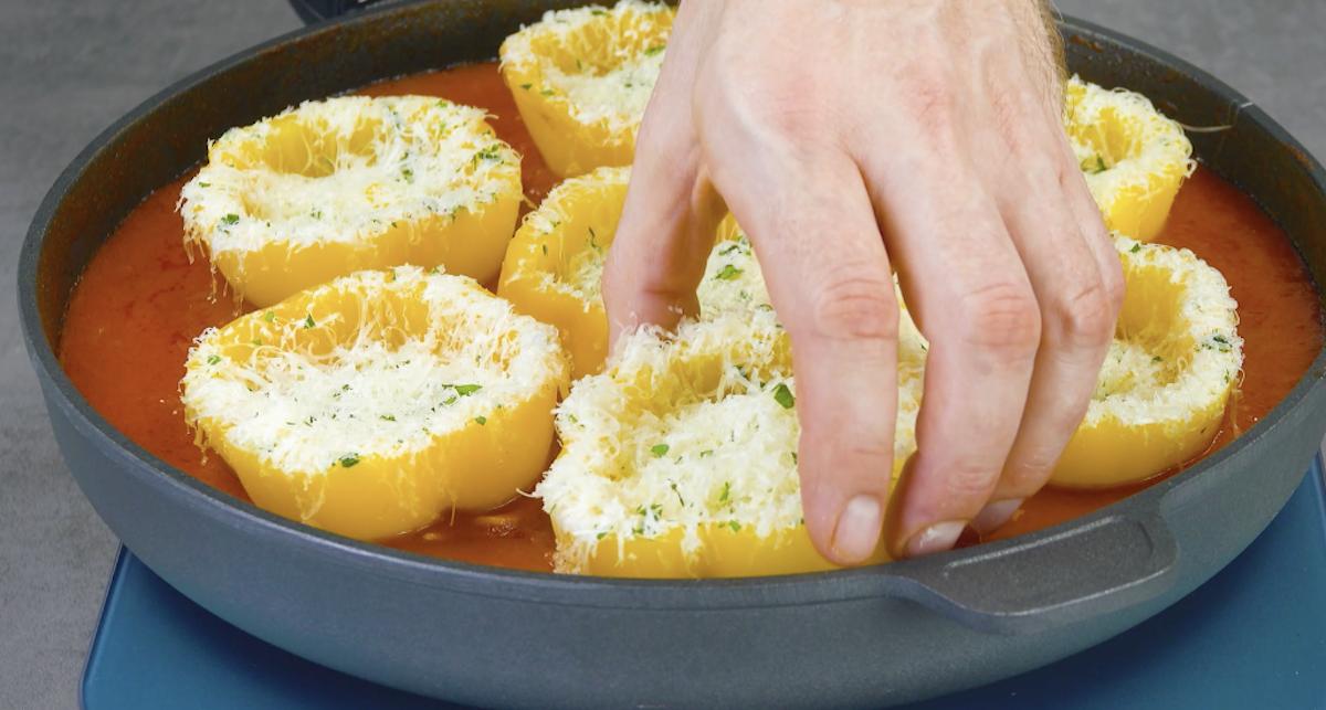 Peperoni ripieni nella salsa di pomodoro