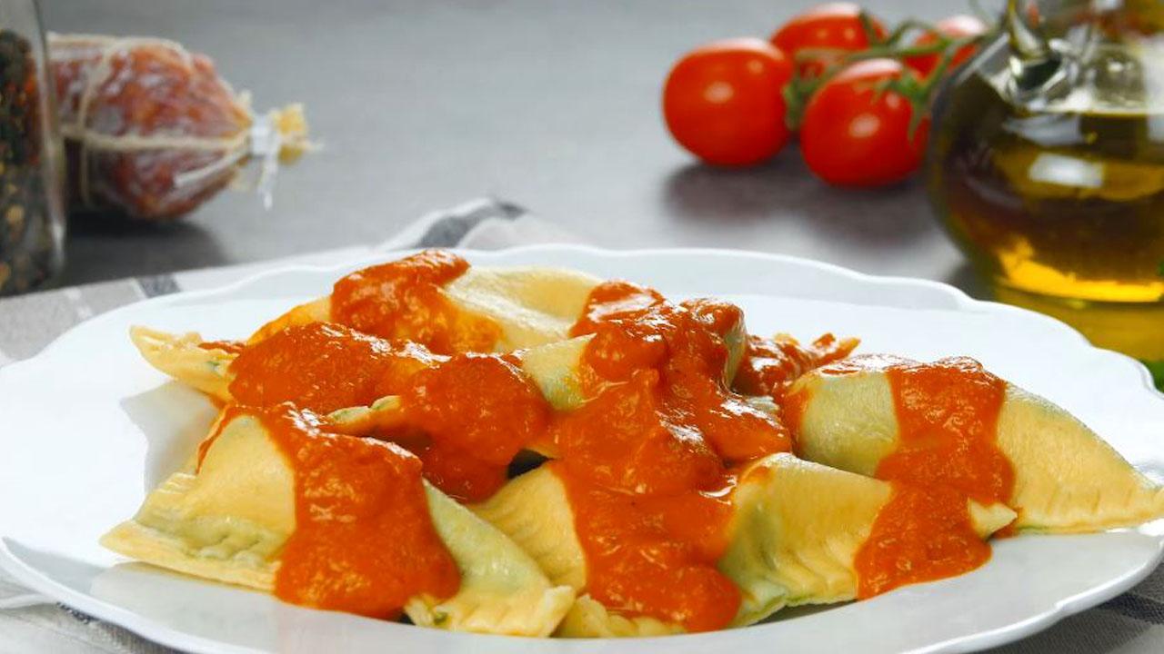 Ravioli ripieni di salame e mozzarella con sugo al pomodoro
