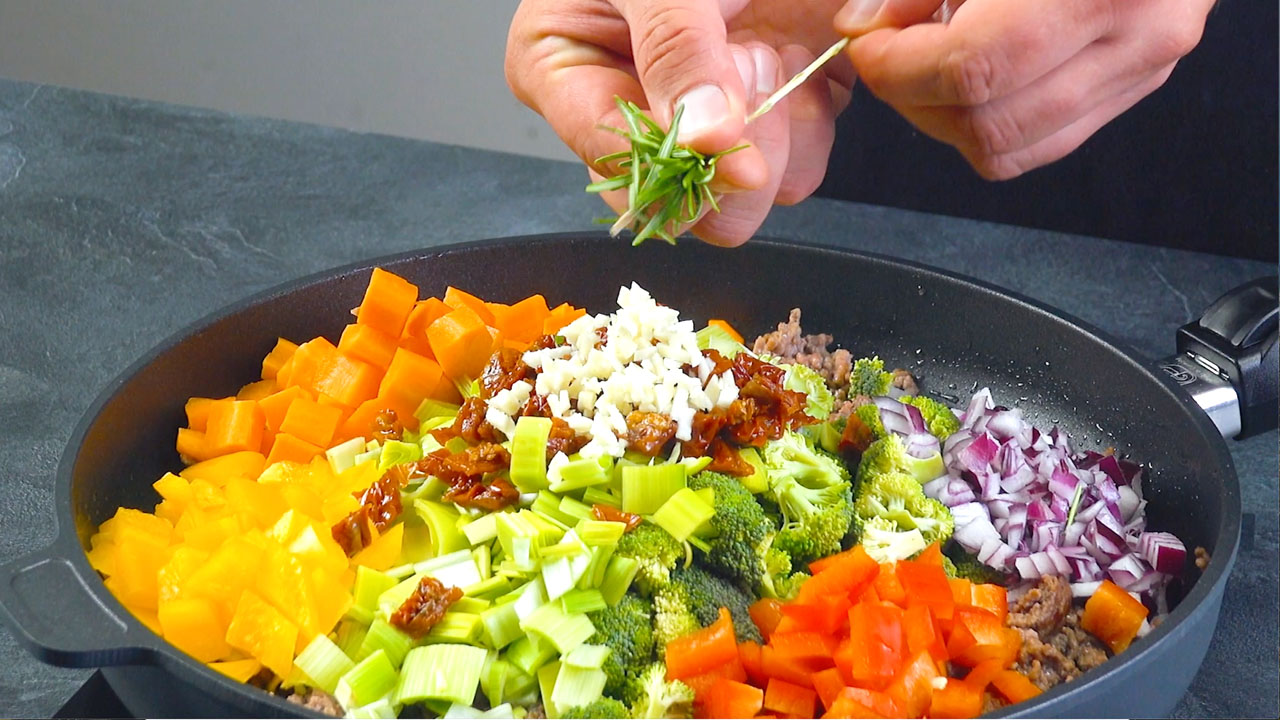 Carne macinata e verdure in padella