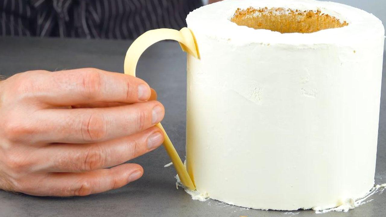 Torta in tazza coperta di crema ganache al cioccolato bianco