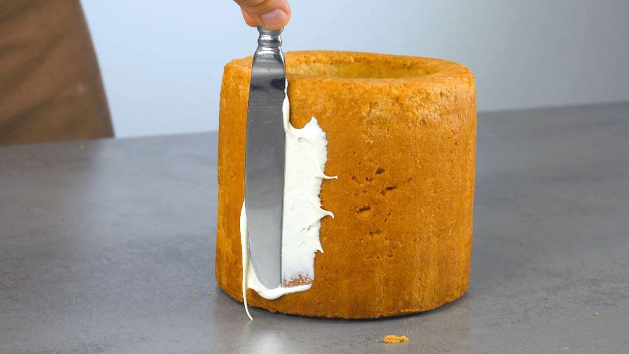 Crema ganache al cioccolato bianco spalmata sulla torta