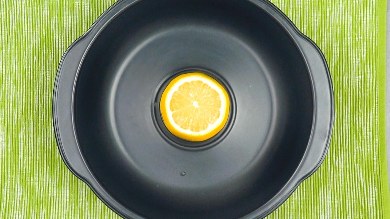 Limone nello stampo per ciambellone