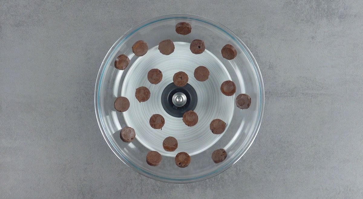 Dischetti di crema al cacao congelata su coperchio