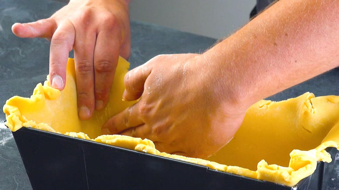 Pasta frolla nello stampo a cassetta