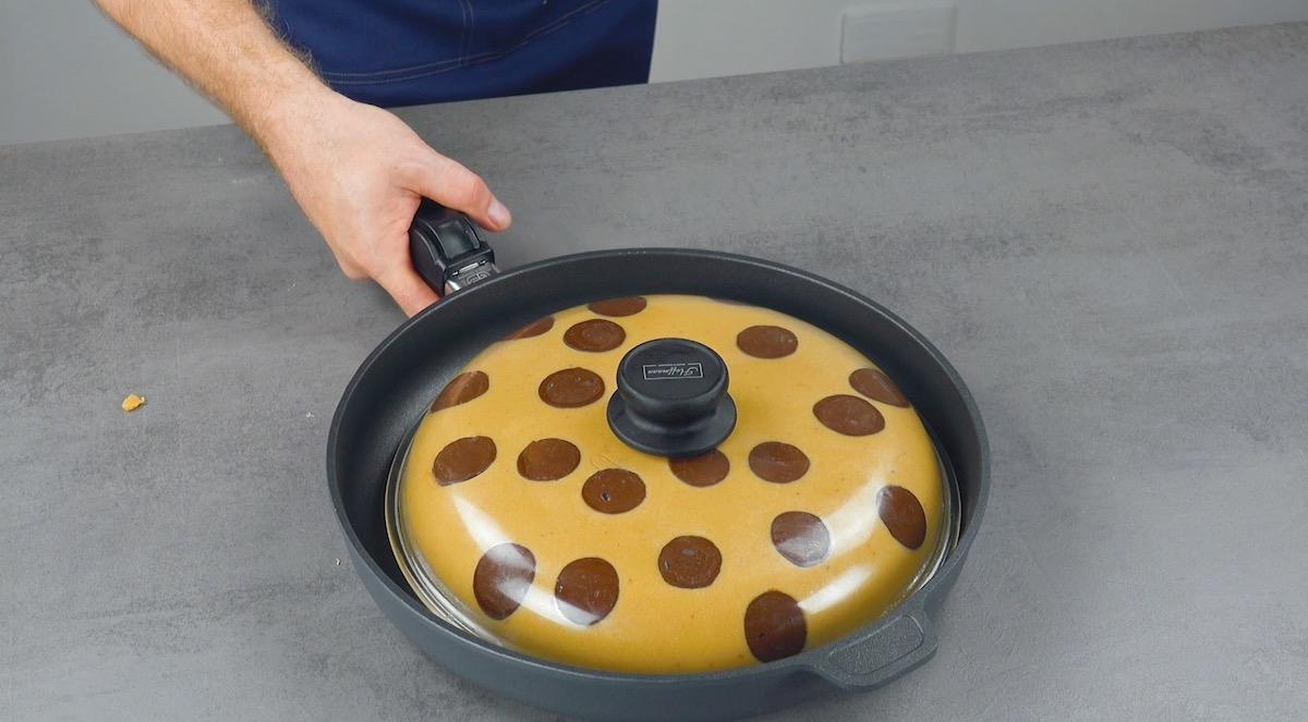 Coperchio con pasta frolla e gocce si cioccolato
