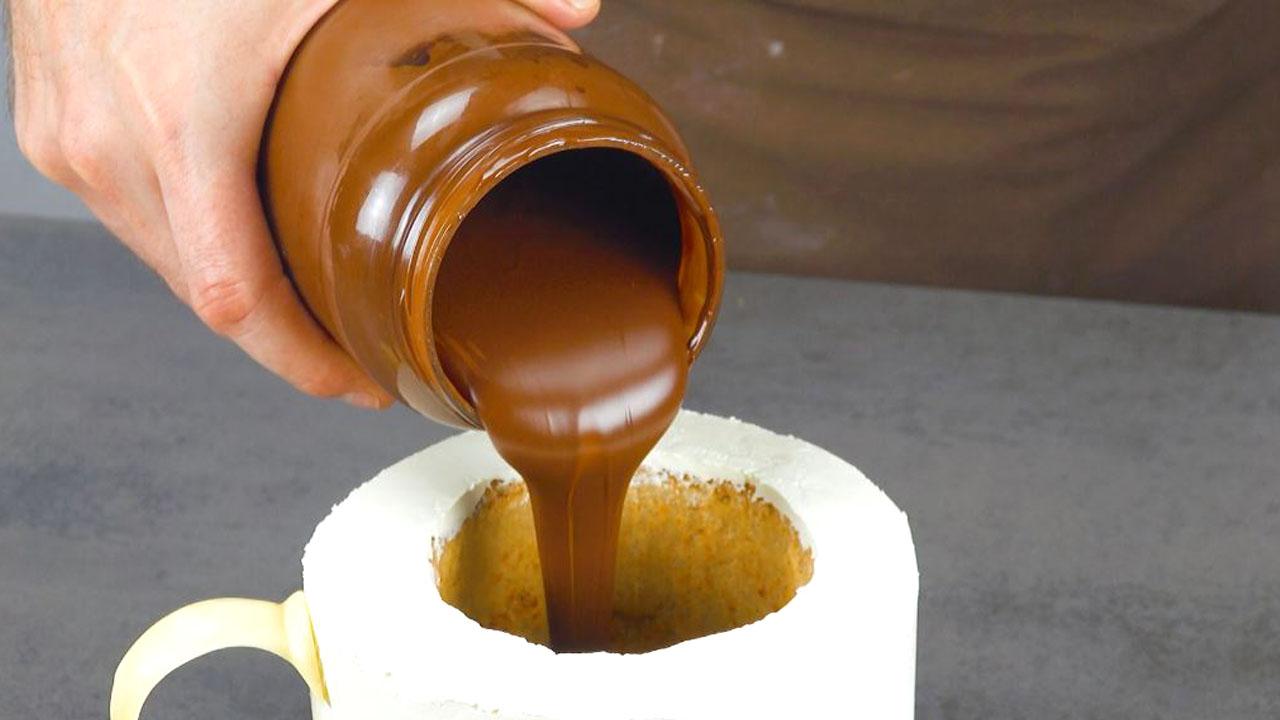 Cioccolato fondente fuso versato al centro della torta