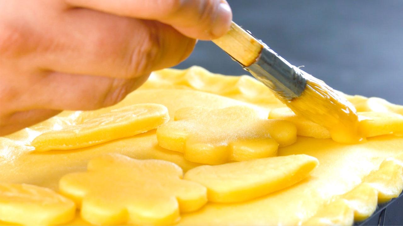 Pasta sfoglia spennellata con uovo sbattuto