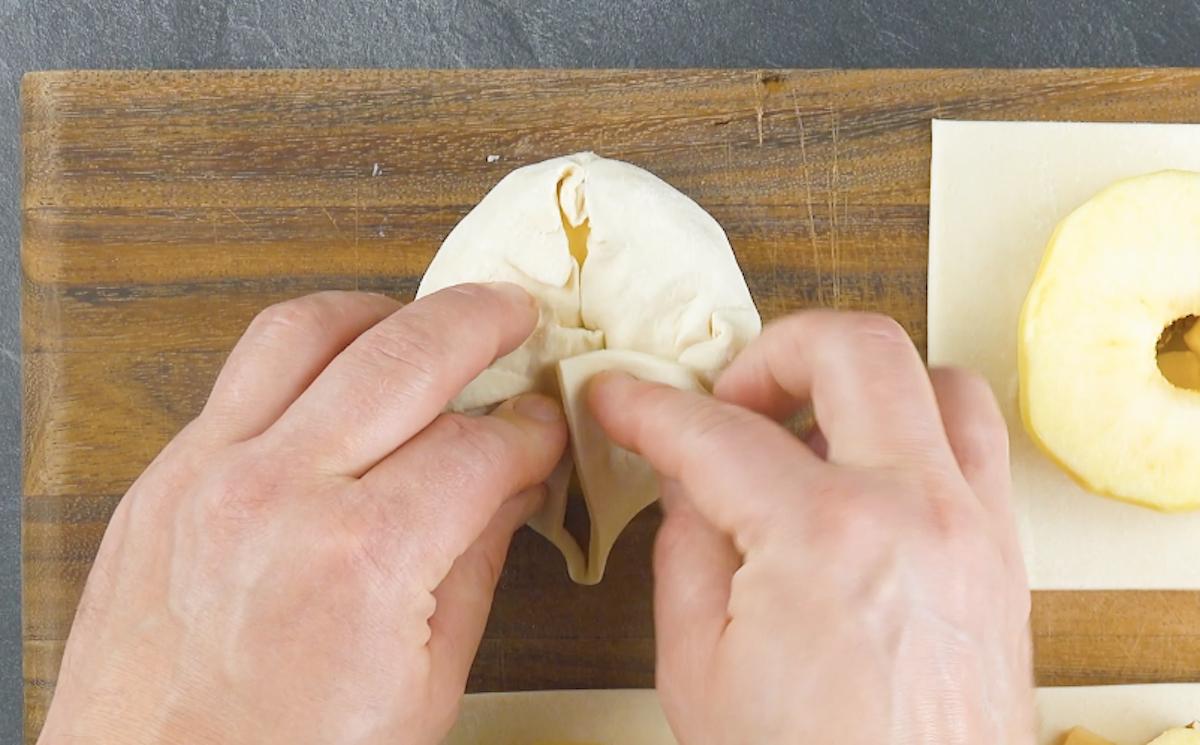 Pasta sfoglia ripiena di mele noci e marzapane