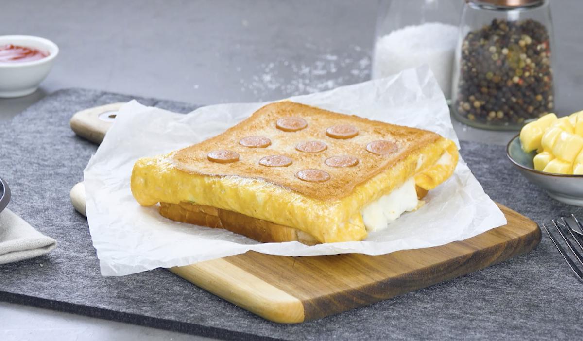 Toast con uova e wurstel