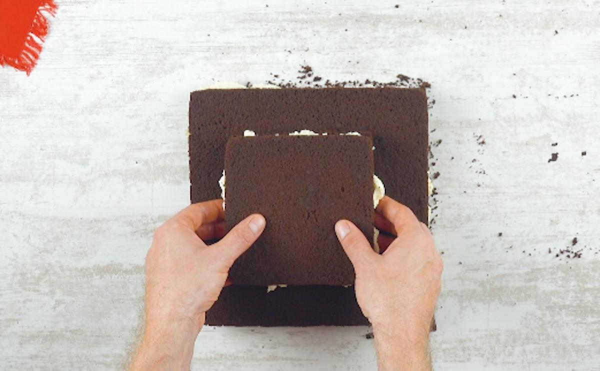 Torta al cioccolato con crema al cocco più piccola sopra quella più grande