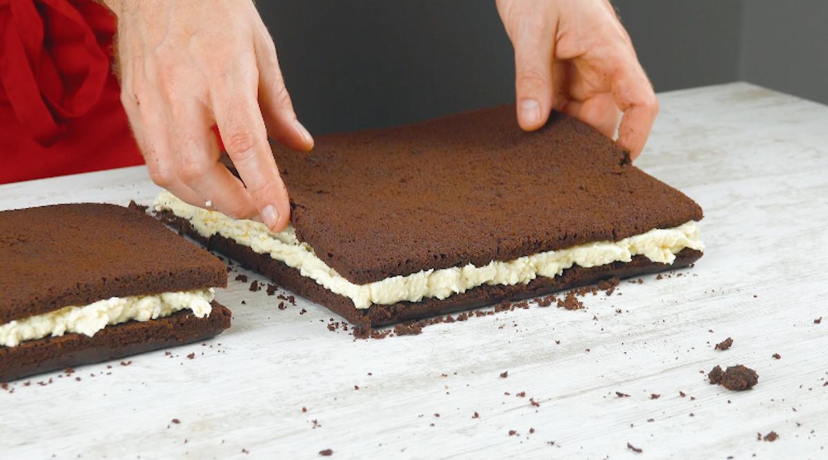 Quadrati di torta al cioccolato con crema al cocco