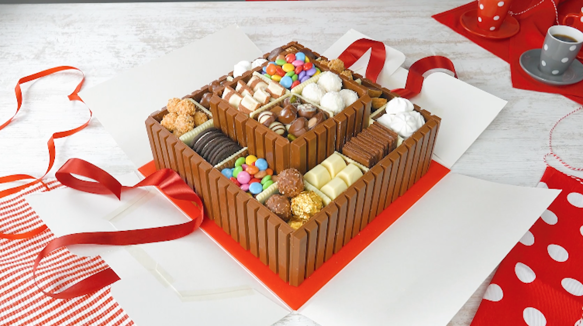 Torta al cioccolato con crema al cocco, biscotti al cioccolato e dolciumi vari