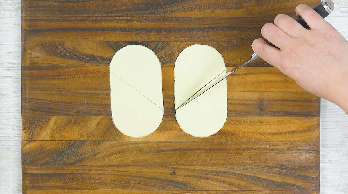 Pasta sfoglia ovale tagliata in diagonale