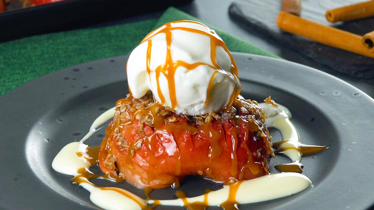 Mele a ventaglio fiocchi d'avena e gelato alla vaniglia