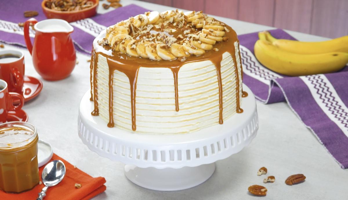 Torta con banane crema al burro e salsa al caramello