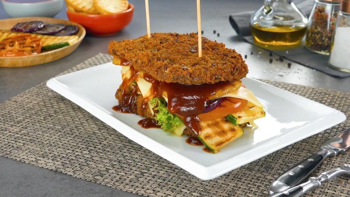 Sandwich di cotoletta di scamone di manzo con panatura al pane nero