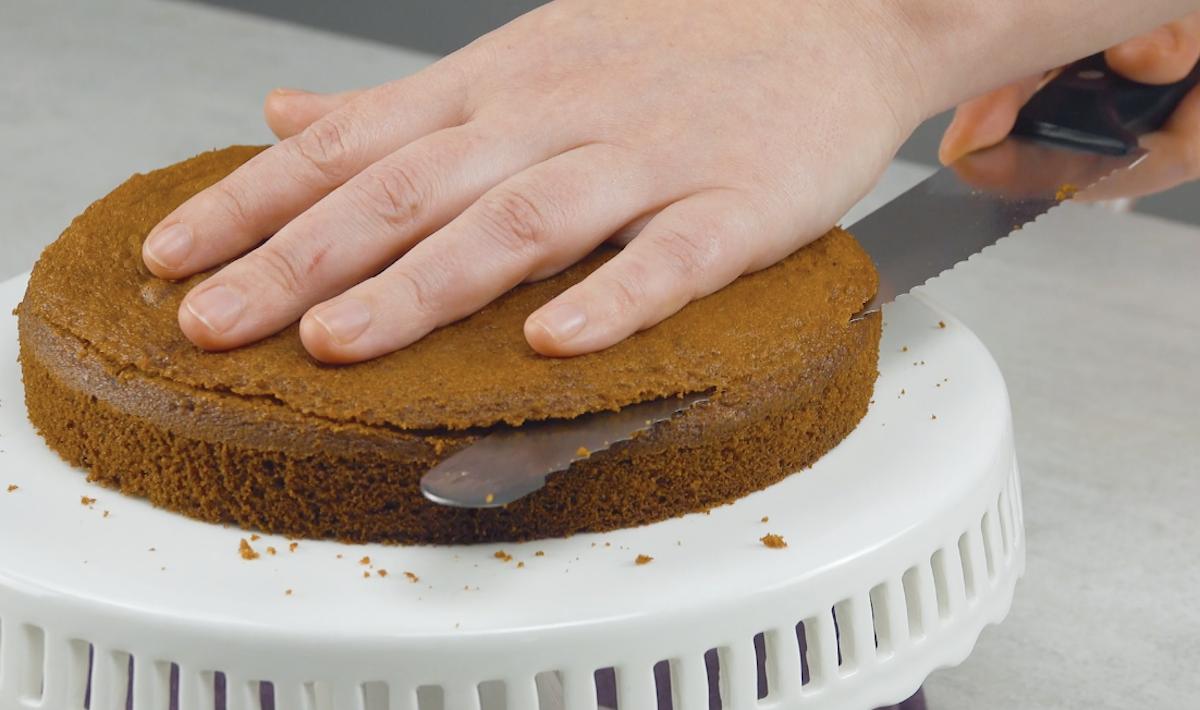 Tagliare la parte superiore della torta