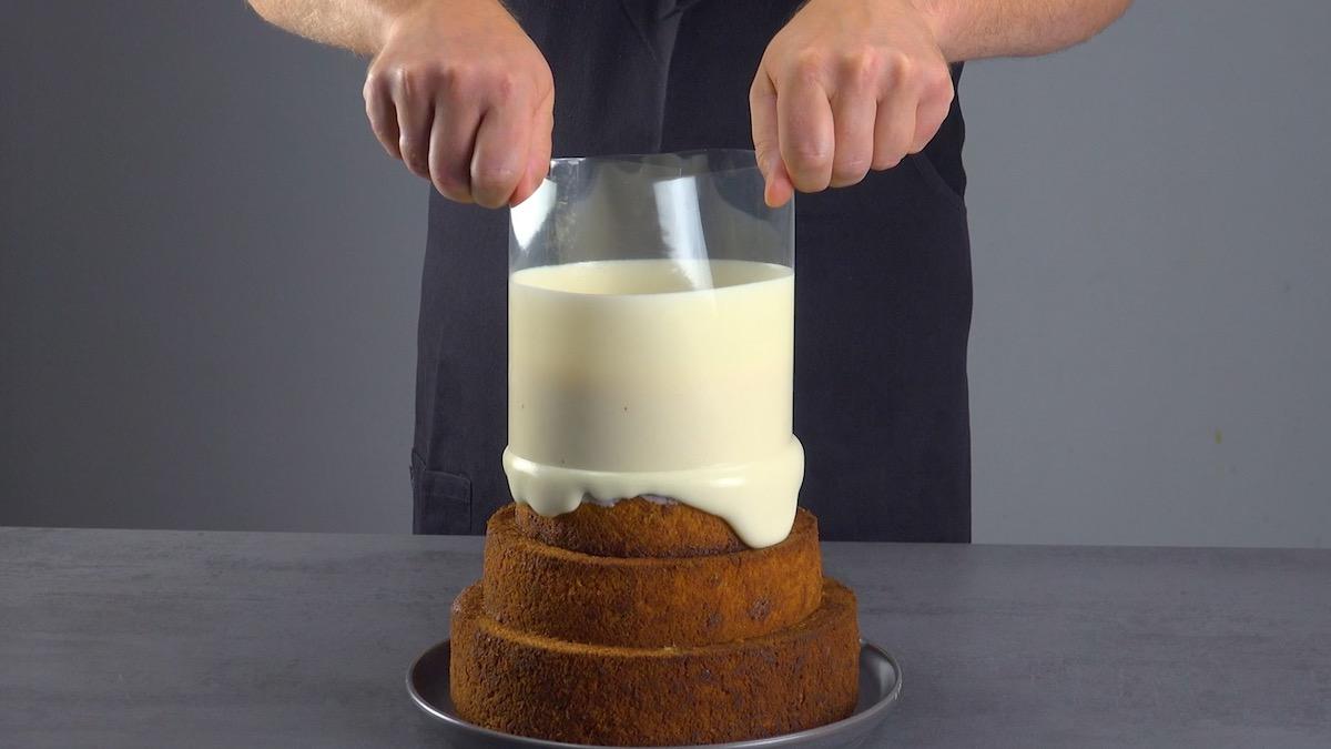 Decorazione con la glassa al cioccolato bianco
