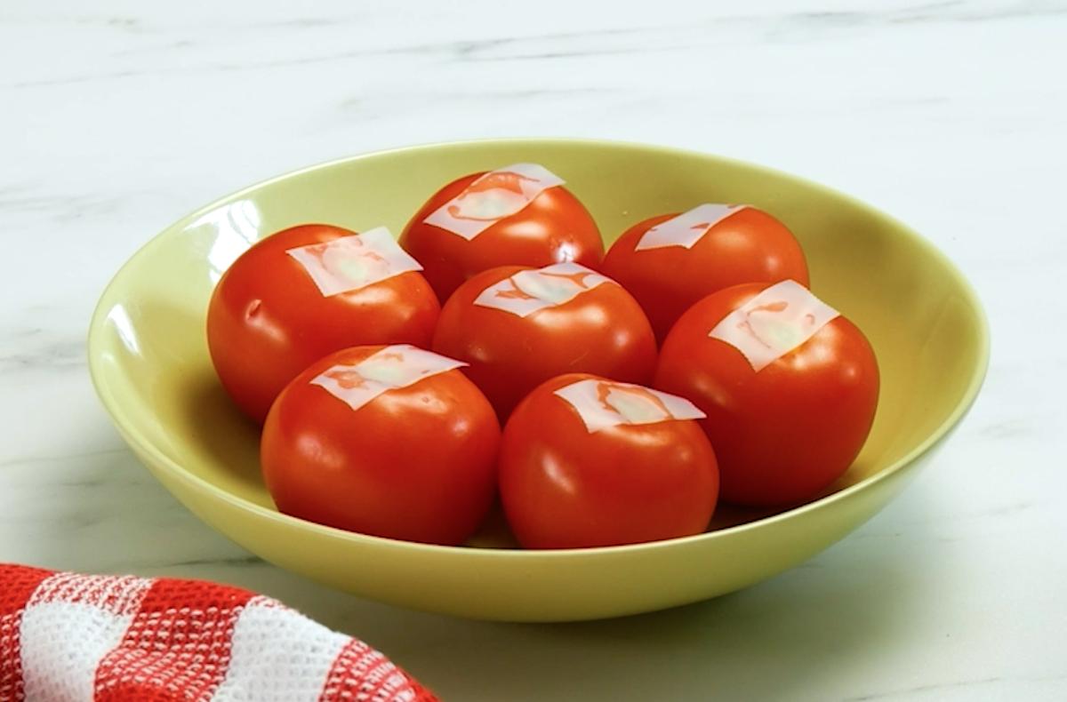 Pomodori con nastro adesivo