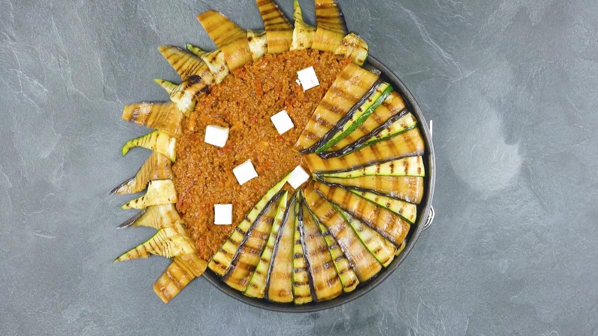 Fette di zucchine e melanzane ripiene di ragù di carne e feta greca