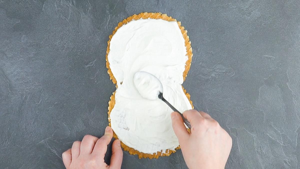 Cono gelato con crema al formaggio fresco