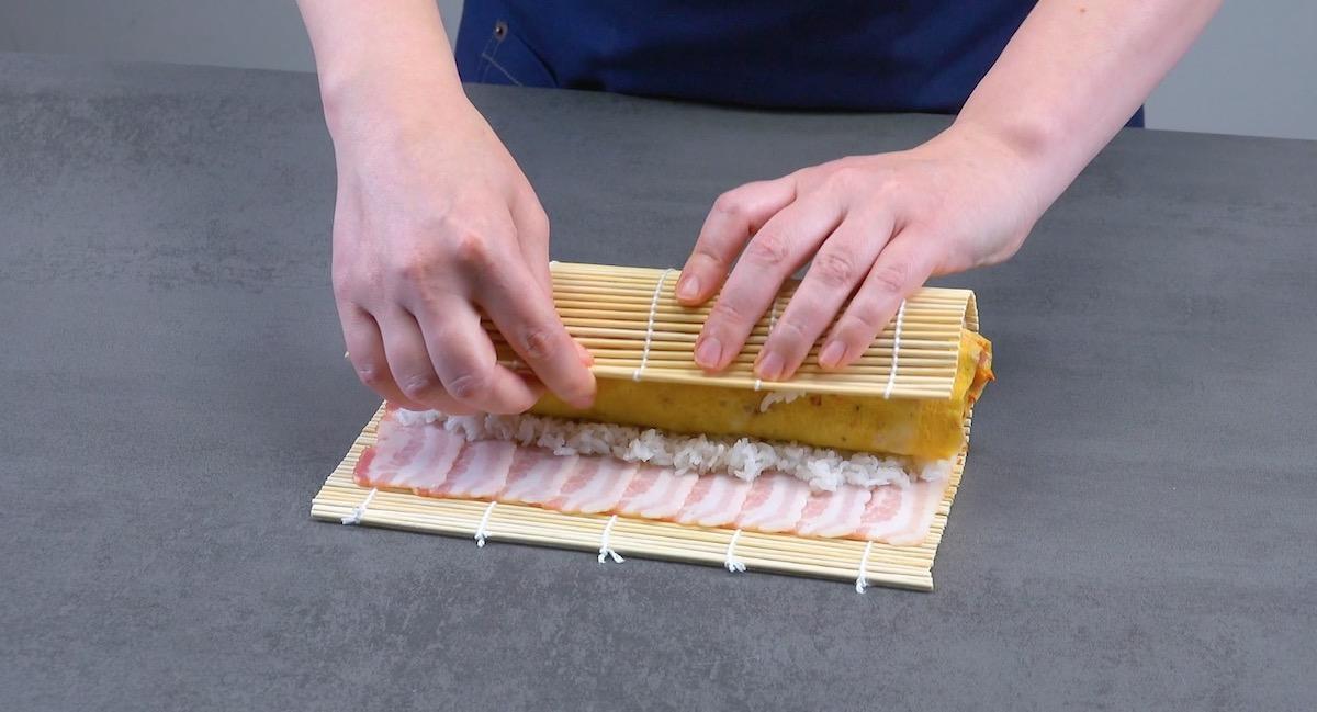 Rotolo di frittata, riso per sushi e pancetta tesa
