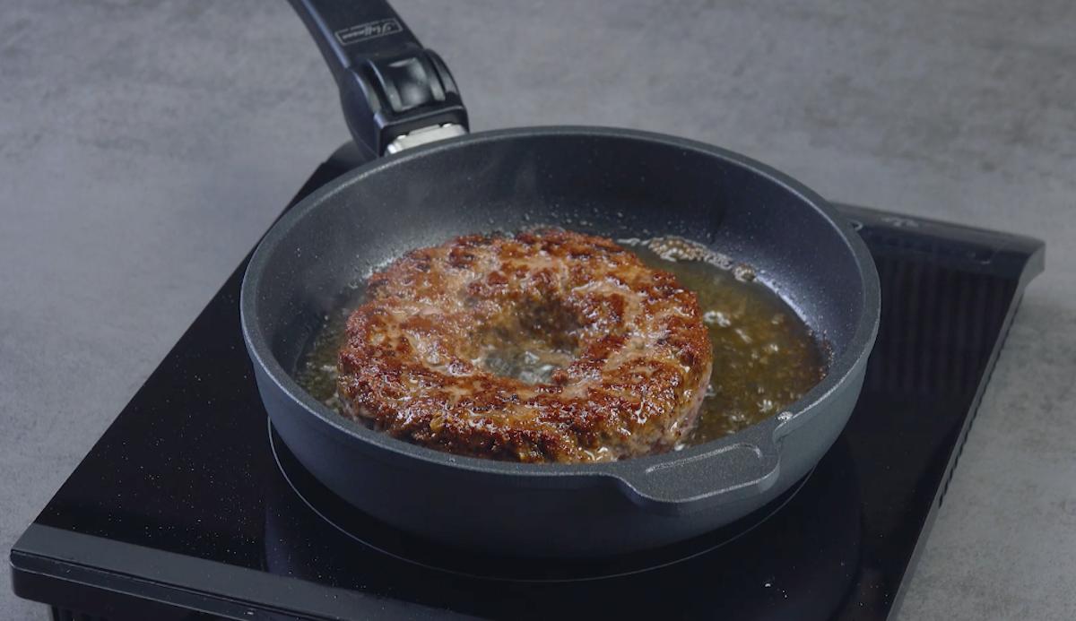 Anello di cipolla avvolto di carne macinata