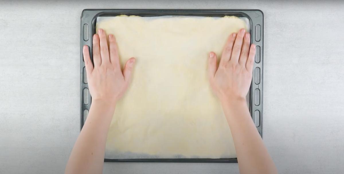 pasta lievitata con sopra foglio di carta da forno
