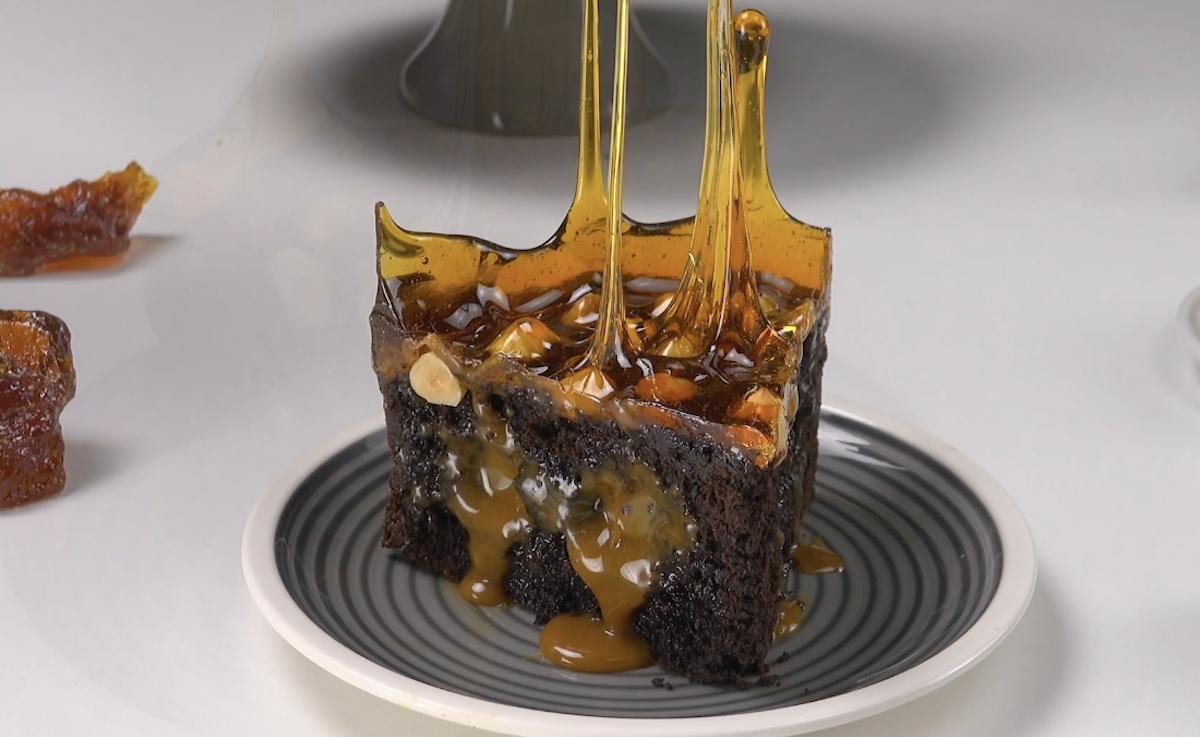 Torta al cioccolato con caramello noci e miele
