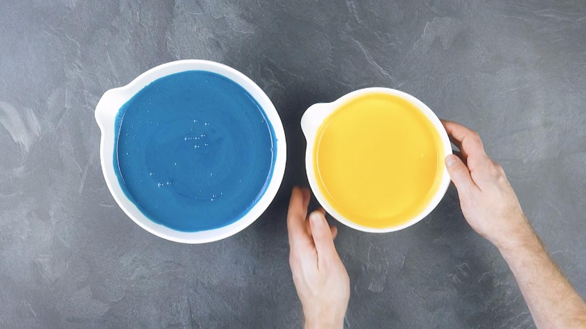 Budino al cioccolato bianco blu e giallo