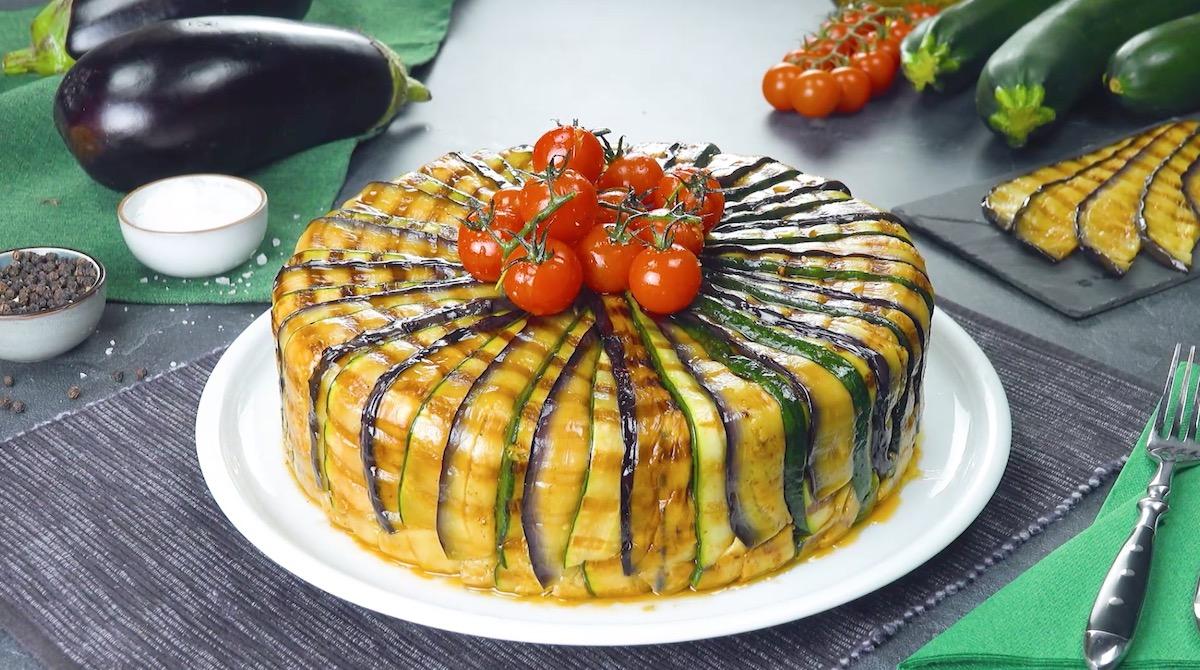 Tortino di patate con ragù di carne e feta greca in un mantello di zucchine e melanzane