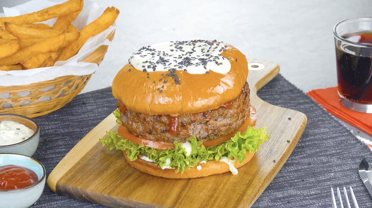 hamburger gourmet con patatine fritte fatte in casa