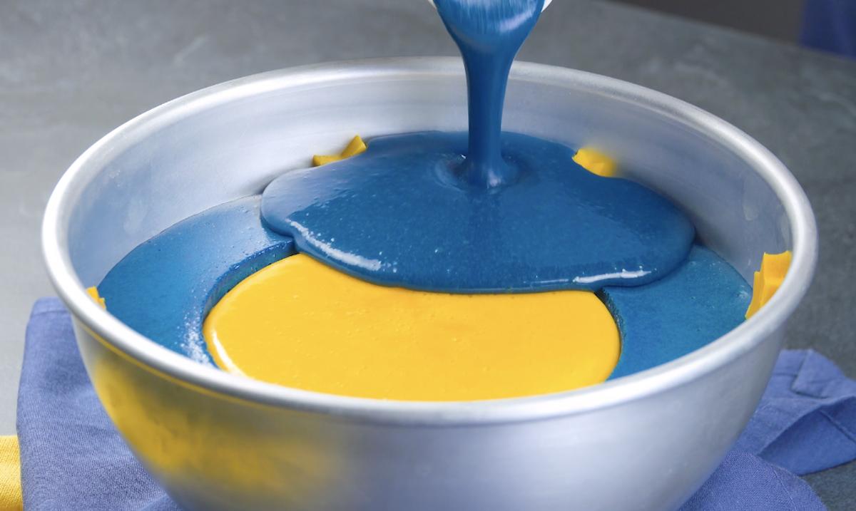 Strato di budino giallo e budino blu