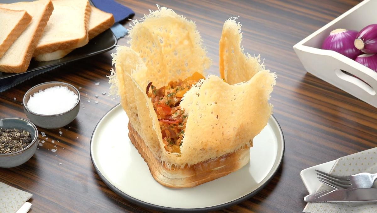 Pane tostato con cestino di parmigiano e uova strapazzate