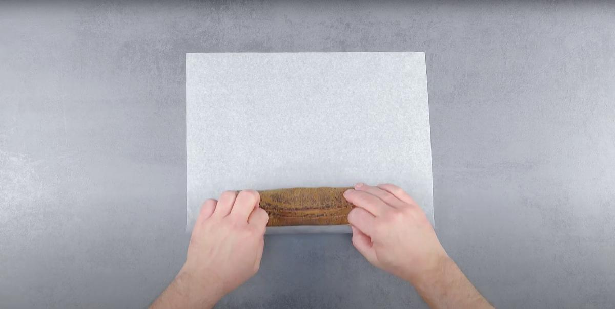 Rotolo dolce sulla carta da forno