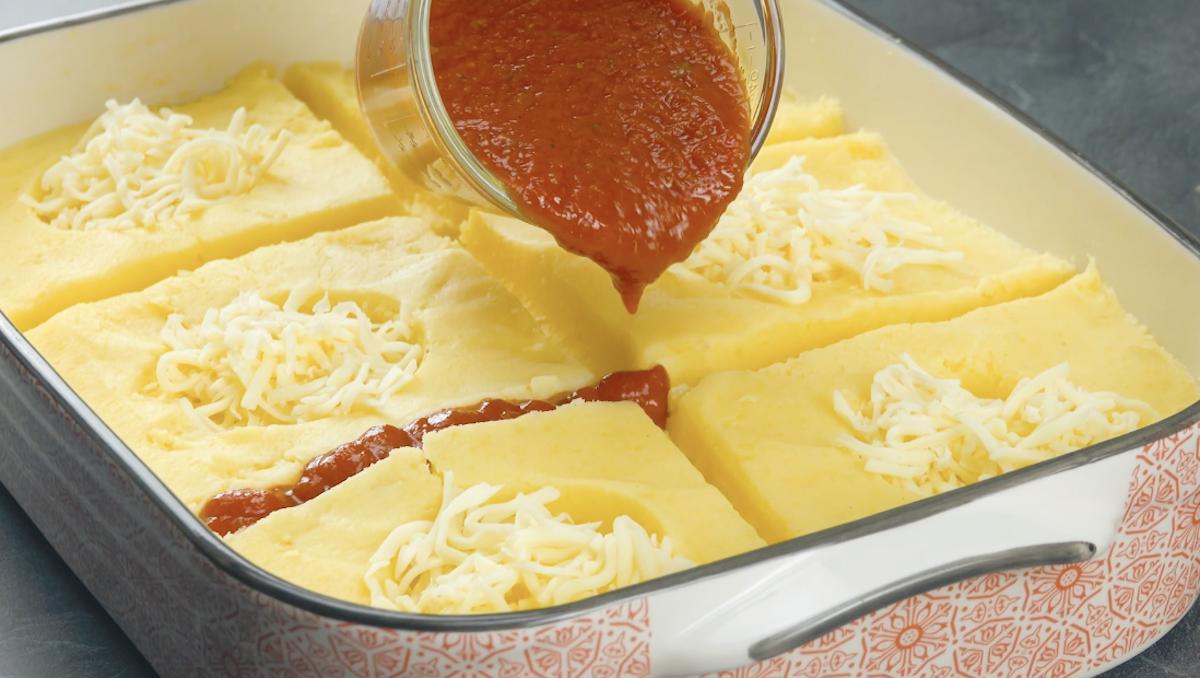 Formaggio grattugiato e salsa di pomodoro